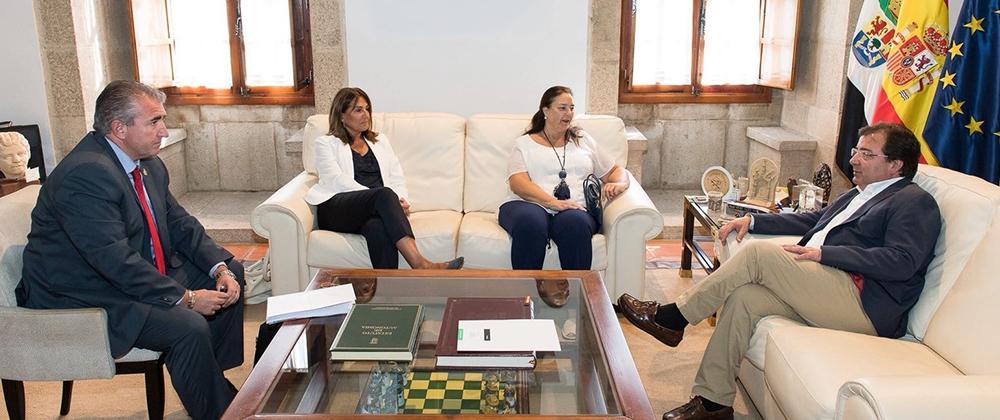 La AVT se reúne con el Presidente de la Junta de Extremadura
