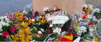La AVT asiste en Pamplona a una ofrenda floral por las víctimas del terrorismo