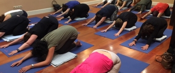 Comunicación asertiva y yoga en la AVT