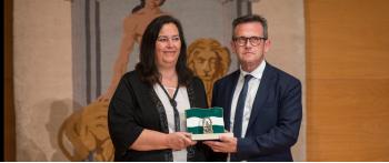 La AVT recibe la Bandera de la Concordia y la Solidaridad de la Junta de Andalucía